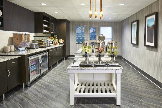 Homewood Suites by Hilton Lincolnshire: Complimentary Breakfast and Dinner Serving Room