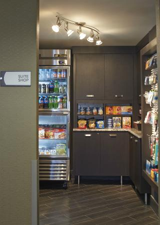 Homewood Suites by Hilton Lincolnshire: 24/7 Suite Shop Pantry