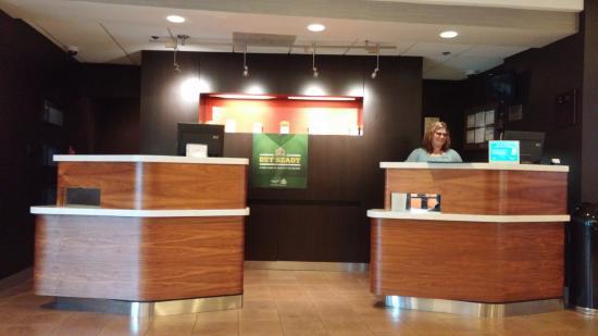 Courtyard Nashville Airport: Front Desk