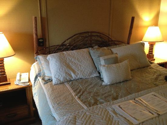 Skyline Lodge and Restaurant: comfortable bed with tons of pillows