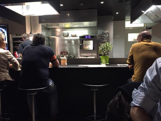 Une superbe cuisine ouverte sur la salle du restaurant for Cuisine ouverte restaurant