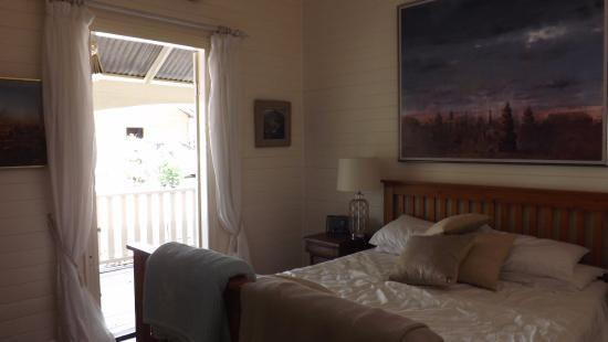 Bangalow Guesthouse: Queen standard- bed unmade
