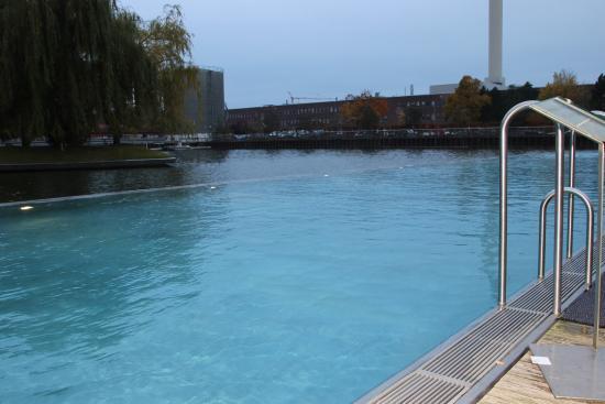Der pool ist im mittellandkanal eingelassen bild von the - Pool eingelassen ...