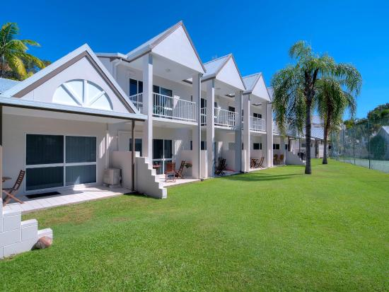 Titree Resort Holiday Apartments: Gardens and surrounds.