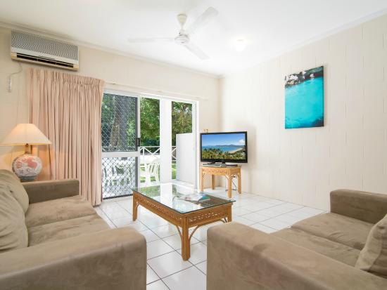 Titree Resort Holiday Apartments: Living room Standard 2 bedroom
