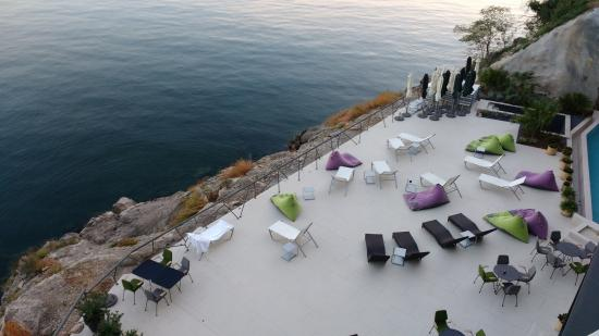 Lounge area by the sea bild von hotel navis opatija for Design hotel i restoran navis