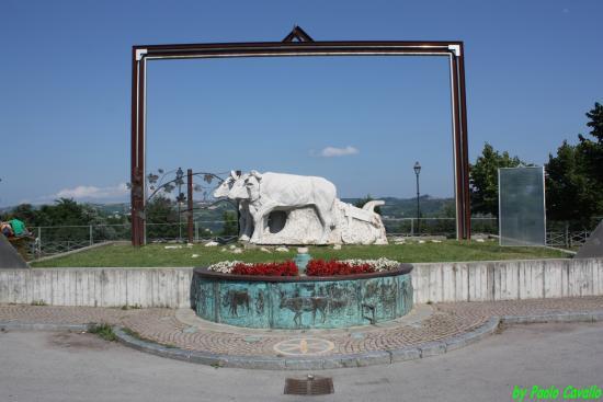 Carru, Italie: Monumento al Bue Grasso