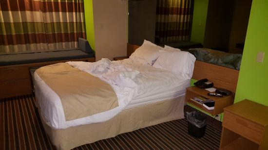 Microtel Inn & Suites by Wyndham Pigeon Forge : Our room (ignore the messed up bed)