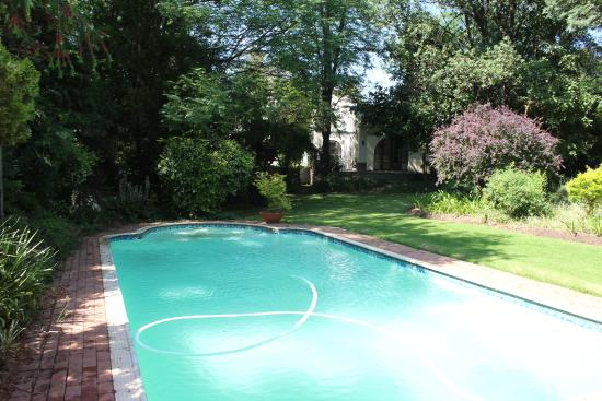 Riverbend Country House: Pool