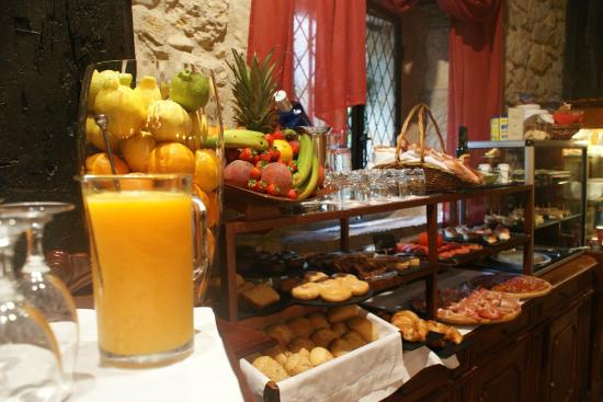 Desayuno en jard n picture of hotel casa del marques santillana del mar tripadvisor for Casa jardin buffet
