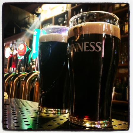 Ballymahon, Ierland: And a creamy pair of Guinness