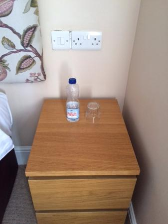 Cartref Guest House: Complimentary bottle of water. Very welcome in the night!