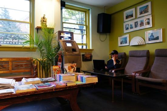 Cambie Hostel Gastown: communal space