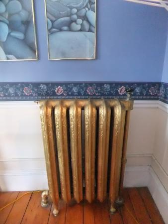 Harbor House Inn: (unique) radiator in our room