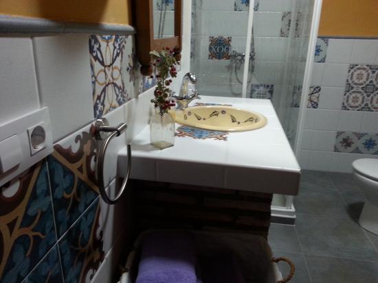 Riolobos, Spanien: Baño de la habitación lila