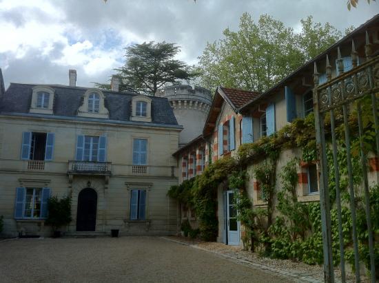 Annesse-et-Beaulieu, ฝรั่งเศส: Schloss-Innenhof und Eingangsbereich