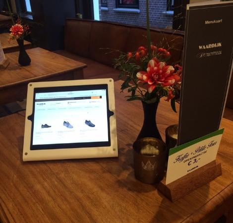 De Nachtegaal: Schoenen uitzoeken in de webshop onder het genot van een hapje en een drankje of een heerlijke l