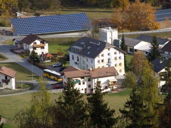Valchava, Suisse : Hotel Central von Ferne betrachtet