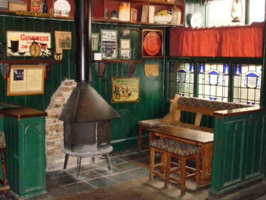 Tuam, Irlanda: By the fireside in the front bar at Canavan's Pub