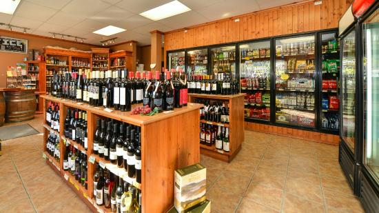 Prestige Inn Golden: Cold Beer and Wine Store