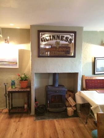 Sibin Pub and Restaurant: Warm fire in dining area