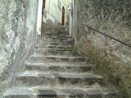 Villa Adriana Amalfi B&B: Escada que leva da rua até a entrada do hotel, não chega carro na porta.