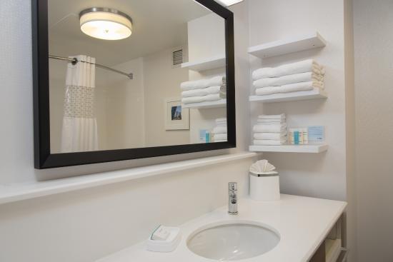 Hampton Inn Grand Rapids-South : Two queen bed bathroom w/tub