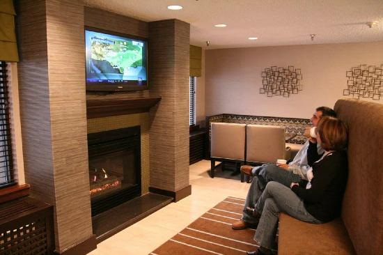 Hampton Inn State College: Comfortable Lobby with Flat Screen TV and Fireplace in our State College, PA Hotel