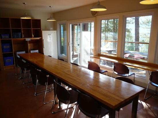 HI-Canmore/Alpine Club of Canada: Clubhouse Communal kitchen