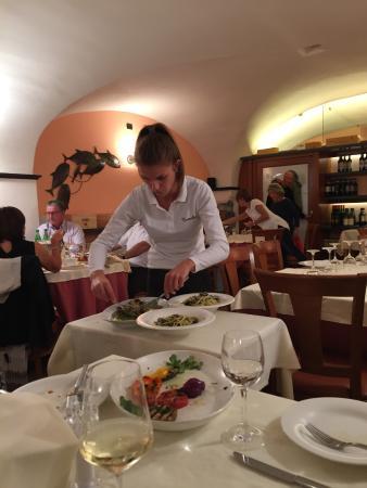 Osteria Tumelin: Serving spaghetti with clams