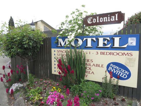 Colonial Motel: Entrance Signage