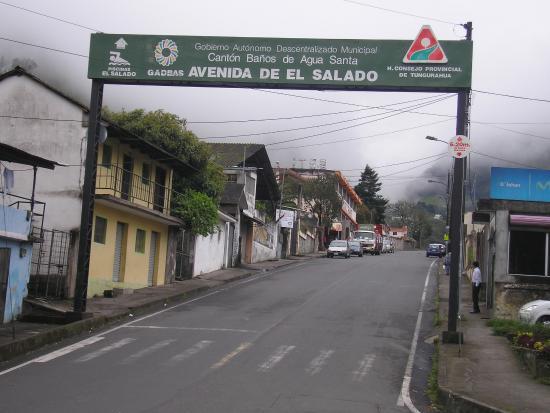 Banos, الإكوادور: Desde esta avenida se accede a las termas