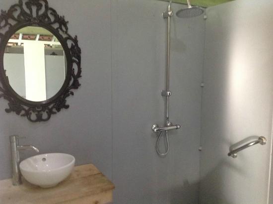 Saint-Etienne-de-Villereal, France : une Salle de Bain dans le sanitaire