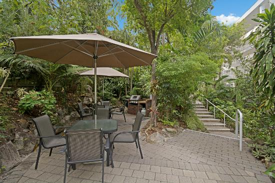 Sunshine Vista Holiday Apartments: BBQ area in tropical gardens