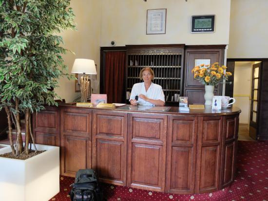 Hotel Vier Jahreszeiten: Рецепшен, отзывчивая фрау