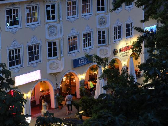 Hotel Vier Jahreszeiten: Рестораны-бары рядом с отелем