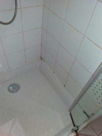 l 39 tat des douche pommeau cass pas d 39 eau chaude photo de appart 39 city paris blanc mesnil. Black Bedroom Furniture Sets. Home Design Ideas