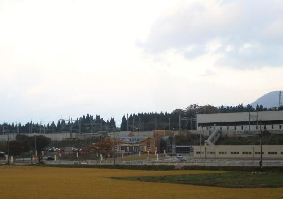 Imabetsu-machi, Japan: 幹線道路から離れた場所にあります。右手の建物は新幹線の駅です。