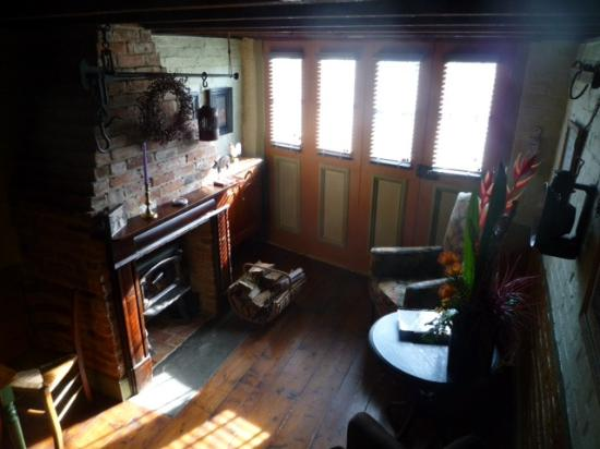 Corinda's Cottages: Cosy Sitting room and fireplace