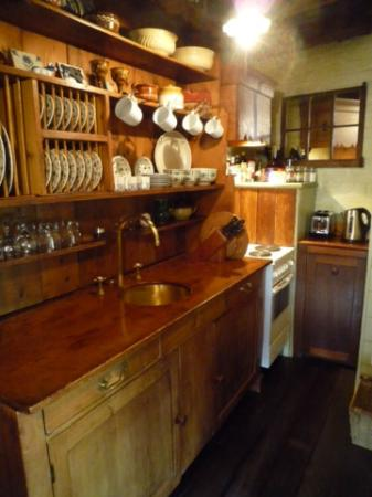 Corinda's Cottages: Galley kitchen