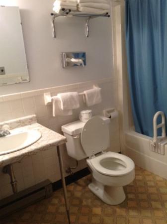 Moose Lake, MN: Spacious bathroom