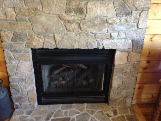 Stanardsville, Wirginia: Gas fireplace in the Sugar Shack Cabin