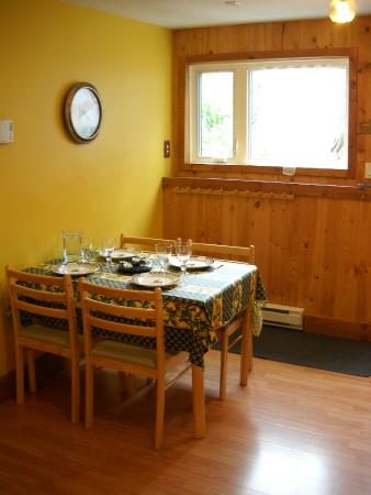 Pine Cones B&B: Dining area