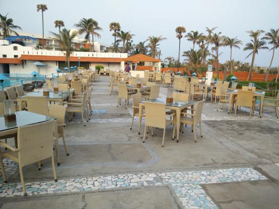 Palm Beach Hotel & Resort: Restaurant - Beach Facing