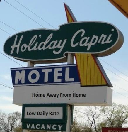 Holiday Capri Motel: Main Sign!!!