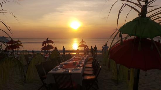 Sari Segara Resort Villas & Spa: La plage au coucher du soleil