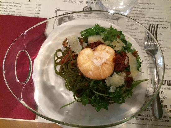 Green spaghetti with spicy tomato sauce, rocket salad, parmesan cheese ...