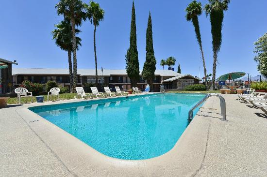 Americas Best Value Inn : pool towards lobby