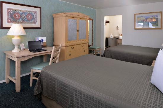 Americas Best Value Inn : Double queen room with desk