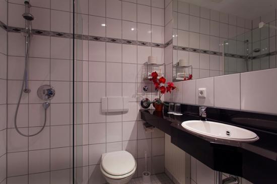 Hotel in Herrenhausen: Badezimmer